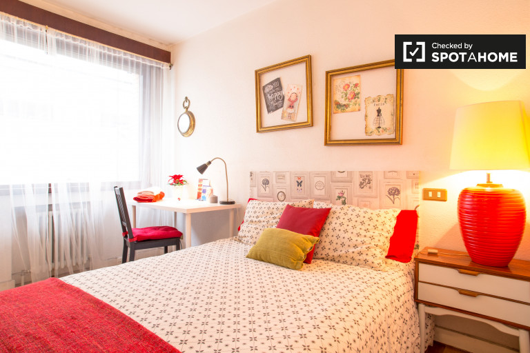 Luminous room in 4-bedroom apartment in Indautxu, Bilbao