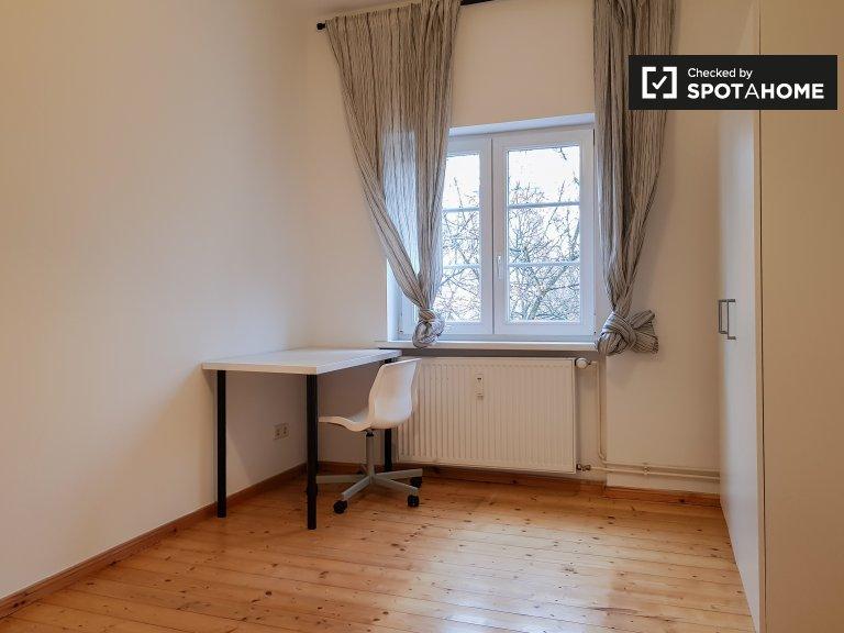 Pokój do wynajęcia w 5-pokojowym mieszkaniu w Neükolln