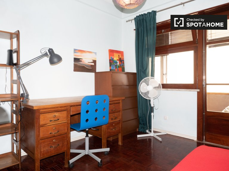 Tidy room for rent in 2-bedroom apartment in Lumiar, Lisbon
