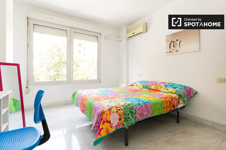 Double Bed in Rooms for rent in 4-bedroom apartment in Ronda area, close to University
