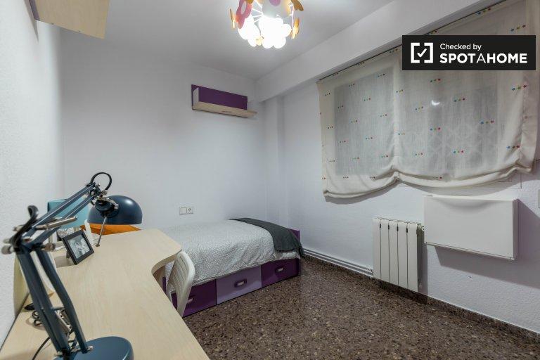 Camera in appartamento con 4 camere da letto a Quatre Carreres, Barcellona