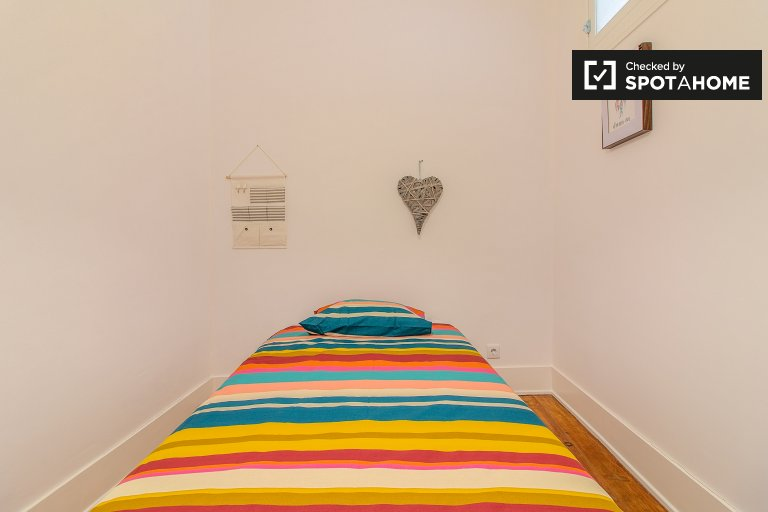 Furnished room in 5-bedroom apartment in Alcântara, Lisboa