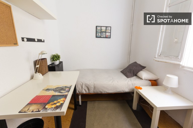 Inviting room in shared apartment in Moncloa, Madrid