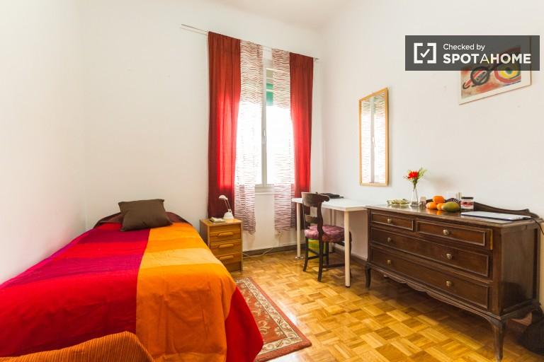 Chambre accueillante dans un appartement partagé à Rios Rosas, Madrid