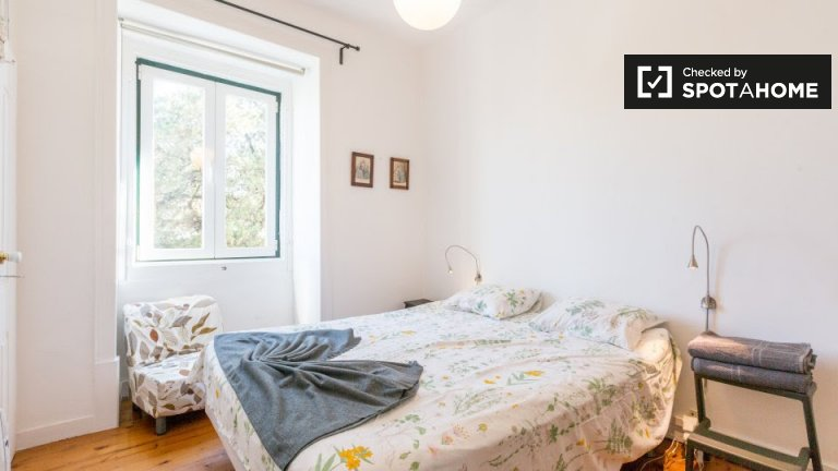Stylish room in 4-bedroom house in Carnaxide, Lisbon