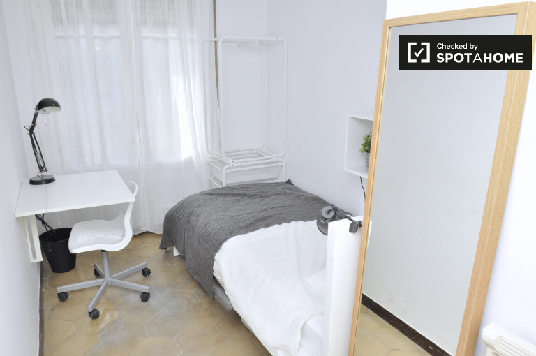 Single Bed in Rooms for rent in a stylish 8-bedroom apartment in Sant Gervasi
