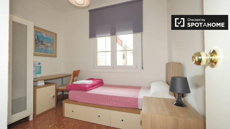 Cozy room to rent in 4-bedroom apartment - Gràcia, Barcelona
