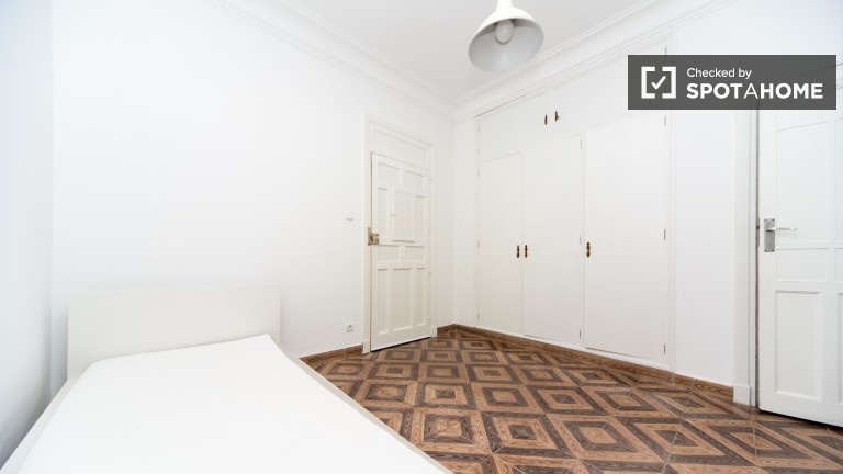 Room 1: Single Bed en-suite bathroom