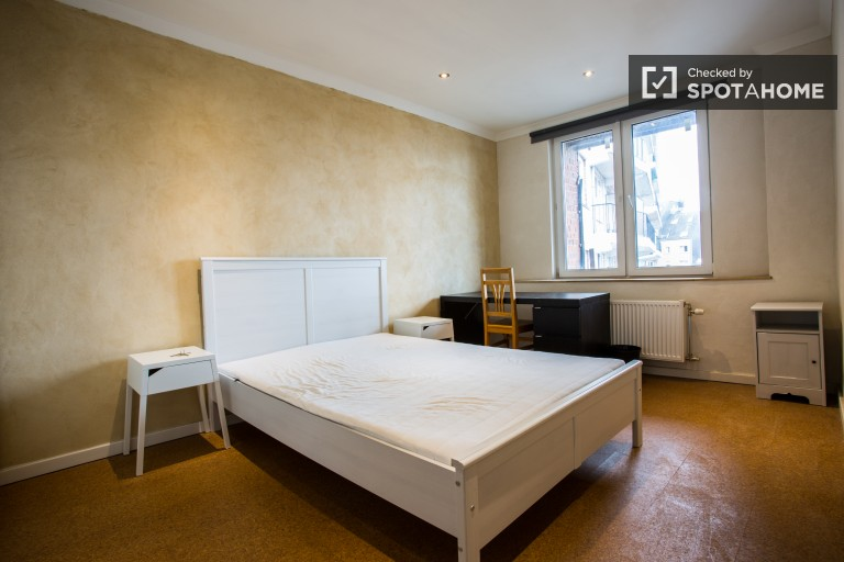 Double Bed in Rooms for rent in bright 4-bedroom duplex apartment with balcony in diverse Etterbeek