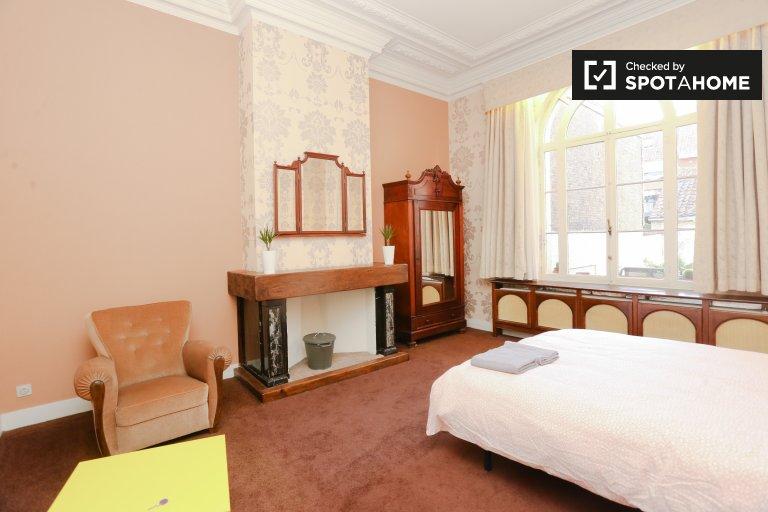 Duży pokój w apartamencie z 4 sypialniami w centrum Brukseli