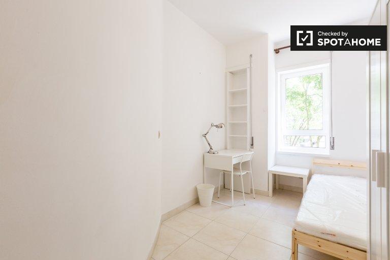 Jasny pokój w apartamencie z 5 sypialniami w Marvila, Lisboa