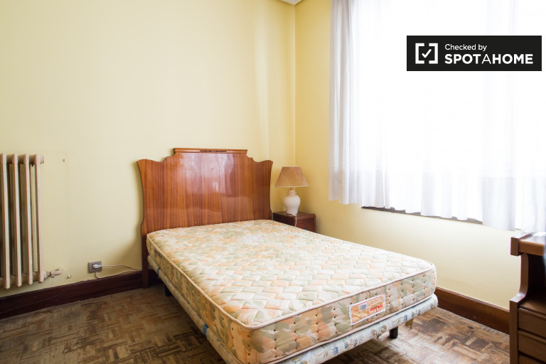 Beautiful room in 5-bedroom apartment in Rekalde, Bilbao