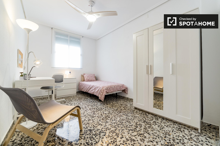 Share a 4-bedroom apartment in Camins al Grau, Valencia