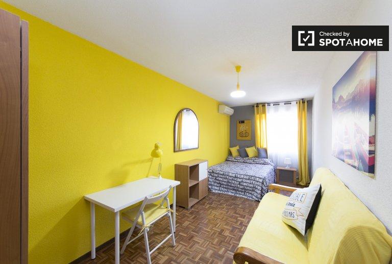 Luftiges Zimmer zu vermieten, 5-Zimmer-Wohnung, Alcalá de Henares