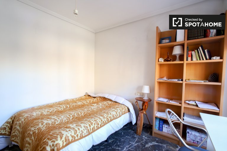 Quarto confortável para alugar em apartamento de 3 quartos em Campanar