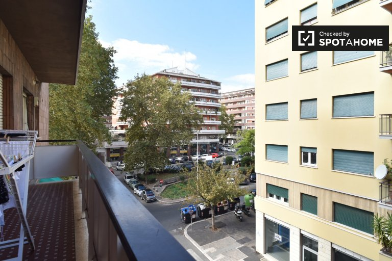 Single Bed in Rooms to rent in 3-bedroom apartment in San Pietro