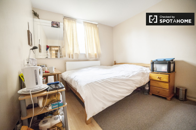 Bright room in flat in Earls Court, London