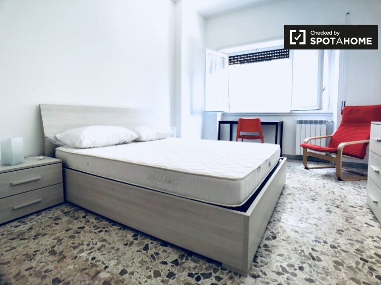 Jasny pokój w apartamencie z 4 sypialniami w Garbatella w Rzymie