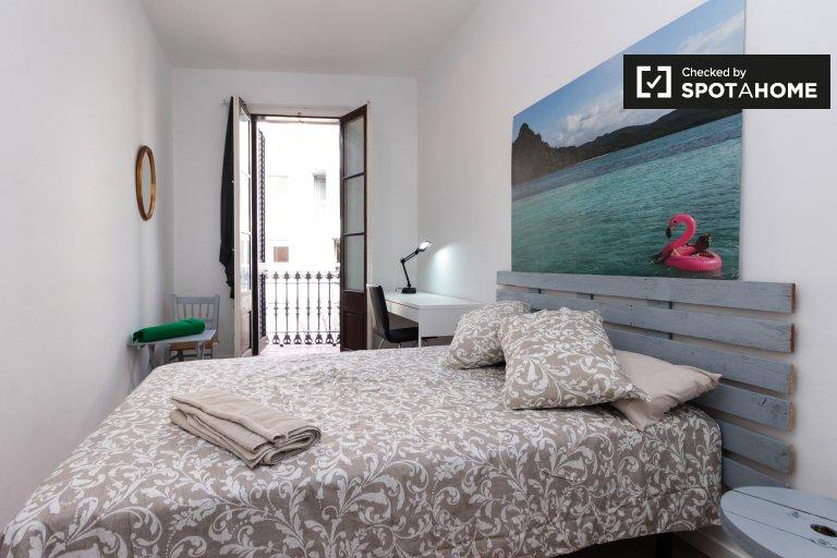 L'Hospitalet'te 4 yatak odalı dairede kiralık aydınlık oda