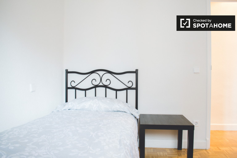 Furnished room in 4-bedroom apartment in Chamartín, Madrid