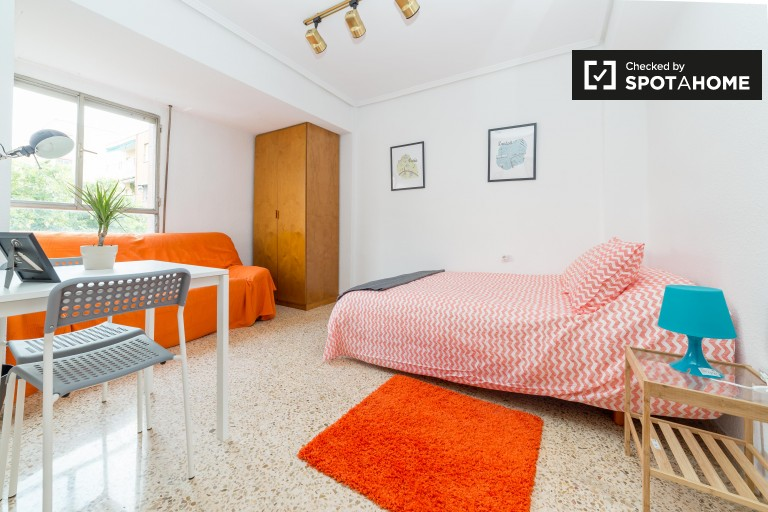 Double Bed in Rooms to rent in a 5-bedroom apartment in Algirós, close to universities