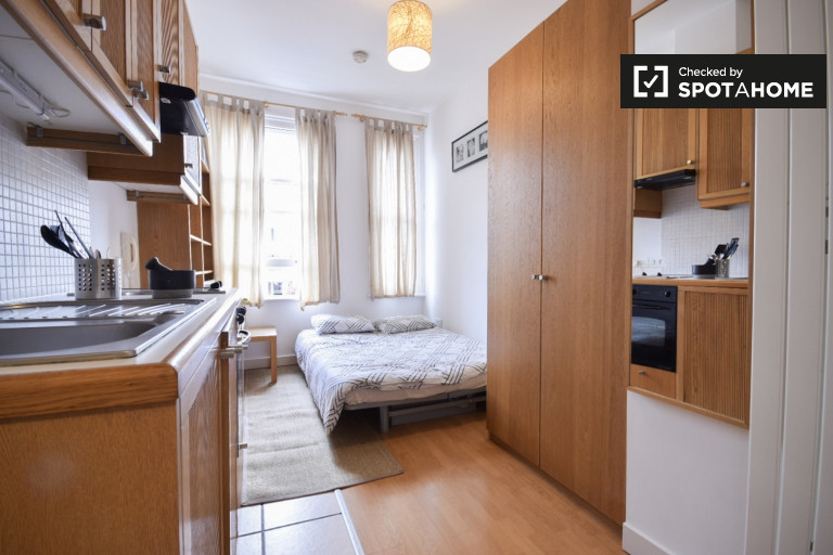 Studio flat to rent in West Kensington, London