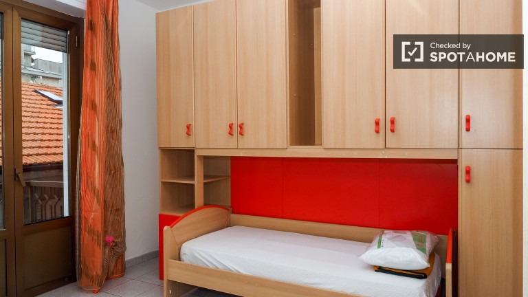 Słoneczny pokój w apartamencie z 2 sypialniami w Gallaratese, Mediolan