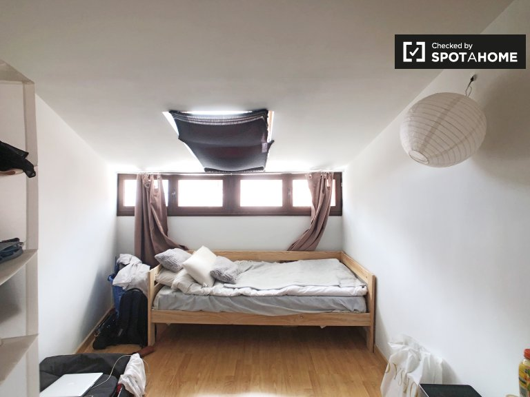 Room for rent in cozy 3-bedroom apartment in Madrid