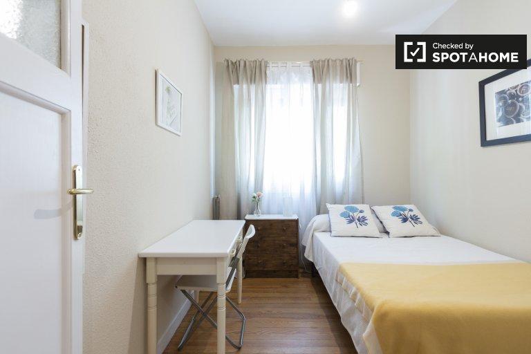 Merveilleuse chambre dans un appartement de 4 chambres à Salamanque, Madrid
