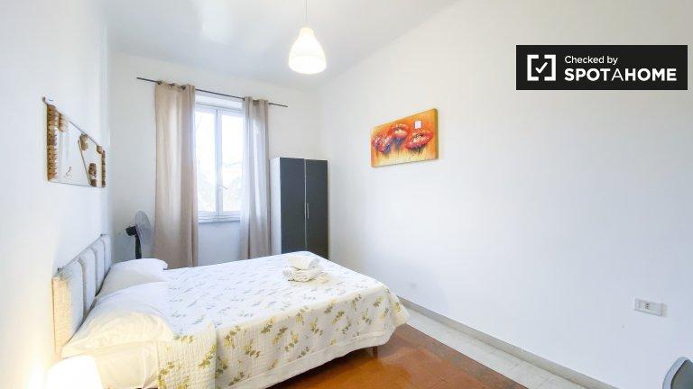 Encantadora habitación en un apartamento de 3 dormitorios en San Giovanni, Roma
