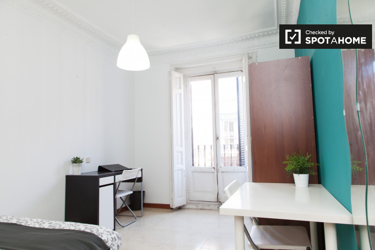 Equipped room in shared apartment in Puerta del Sol, Madrid