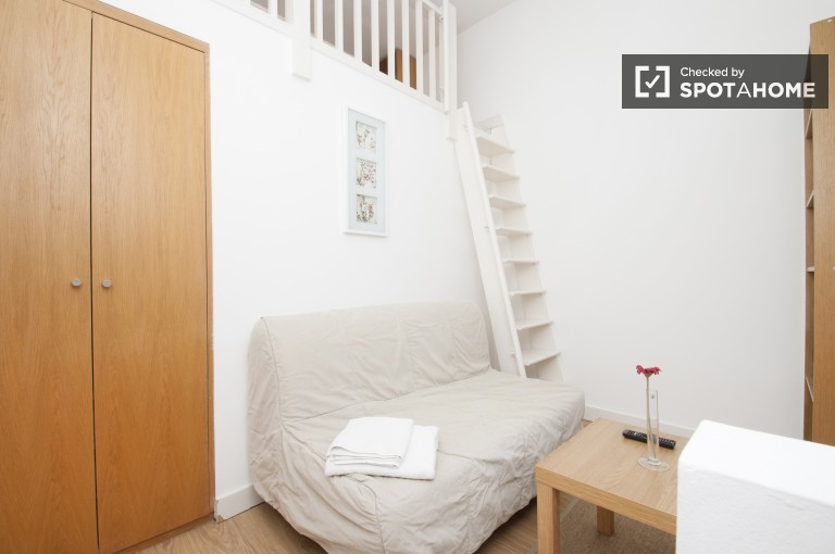 Modern 1-bedroom apartment with mezzanine floor to rent in West Kensington, zone 2
