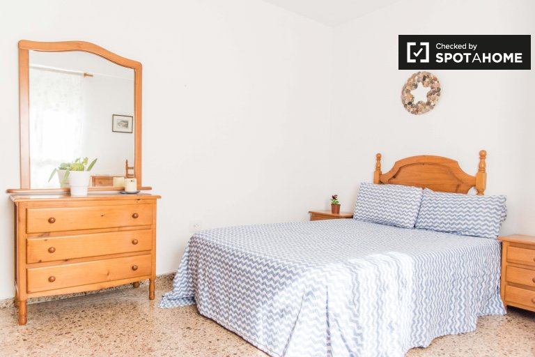 Room for rent in 4-bedroom apartment in Camins al Grau