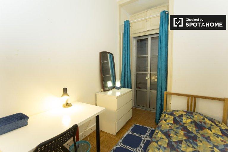 Arrumo quarto para alugar em apartamento de 6 quartos no Barrio Alto