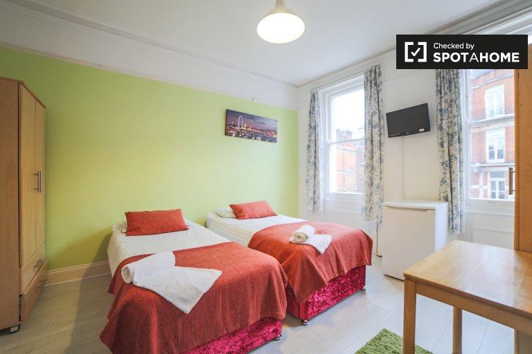 Bright room to rent in 4-bedroom apartment in Kensington