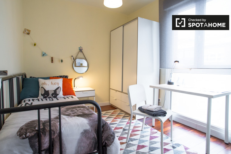 Single Bed in Rooms for rent in stylish 3-bedroom apartment in Getxo area