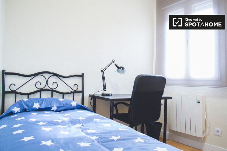 Luminous room in 4-bedroom apartment in Chamartín, Madrid