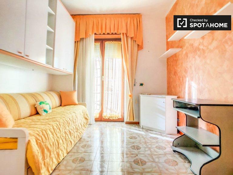 Acogedora habitación en un apartamento de 3 dormitorios en Torre Angela, Roma