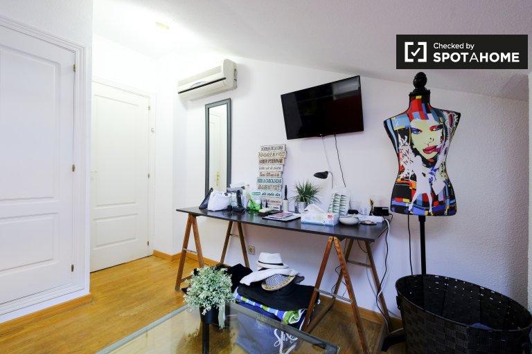 Se alquila habitación en apartamento de 2 dormitorios en Malasaña, Madrid