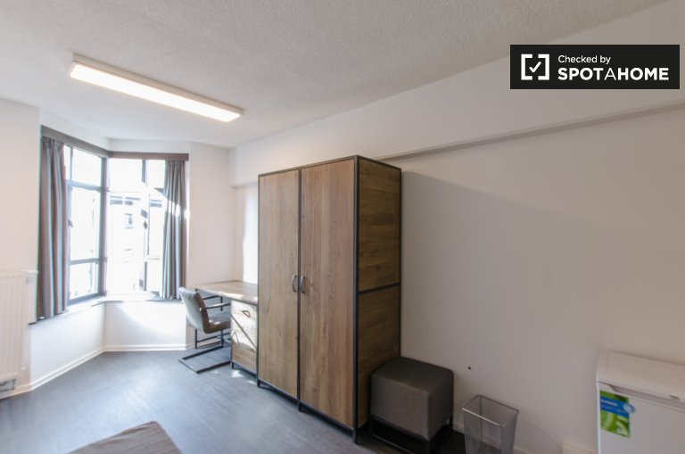 Single Bed in Rooms for rent in a renovated residence hall in Saint Gilles