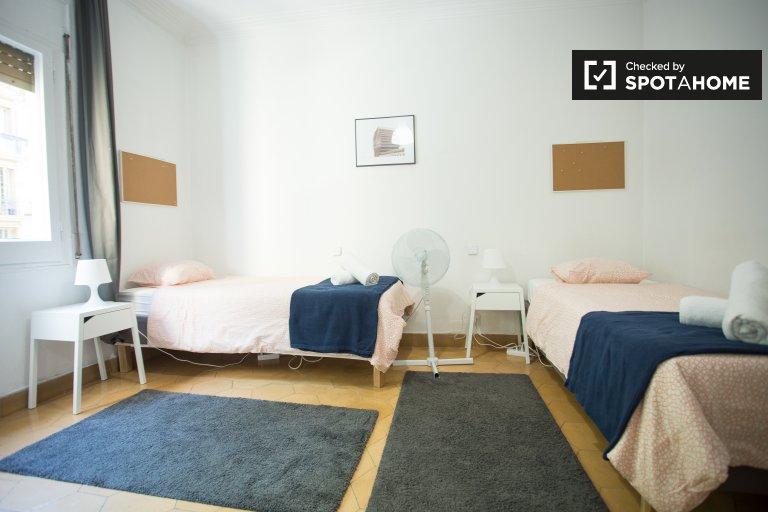 Łóżka do wynajęcia we wspólnym pokoju, apartament z 3 sypialniami w Gràcia