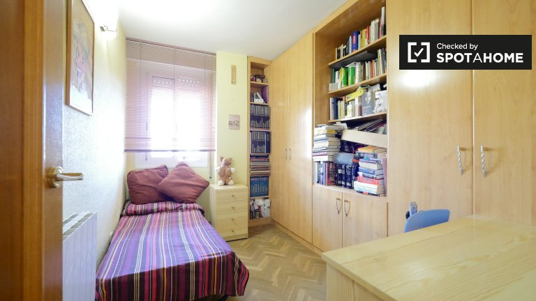 Cosy room for rent in 4-bedroom apartment in Les Corts