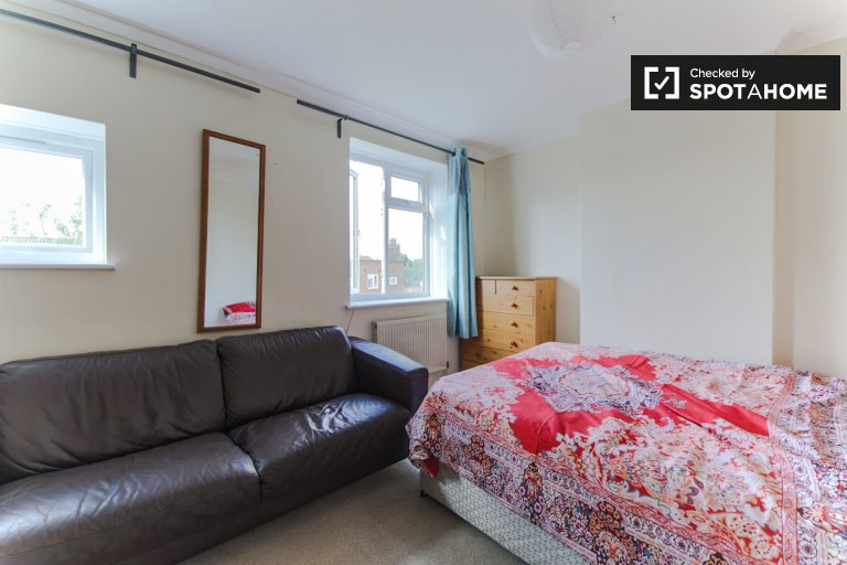 Grande chambre dans un appartement de 4 chambres à Wimbledon, Londres