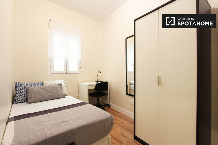 Room for rent in 4-bedroom apartment in Embajadores, Madrid