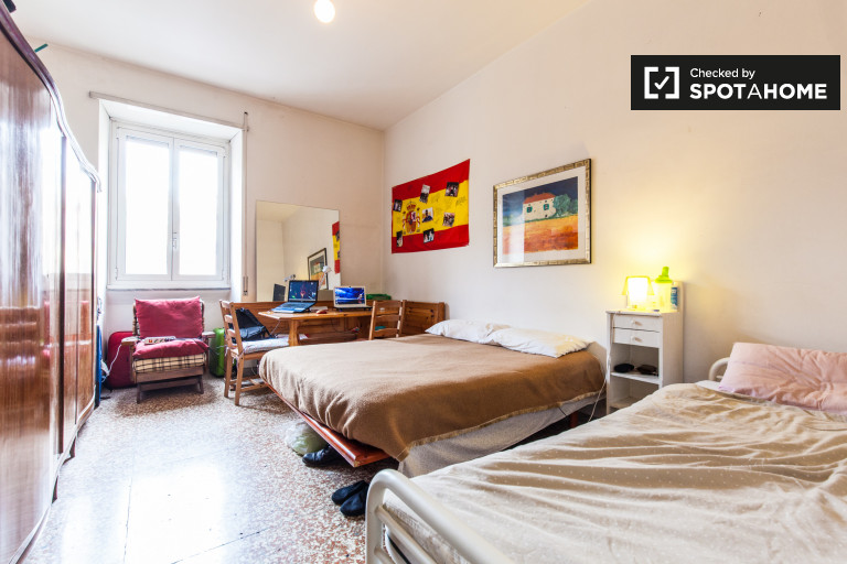 Quarto luminoso em apartamento de 4 quartos em San Giovanni, Roma