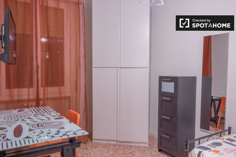 Furnished room in 4-bedroom apartment in Novoli, Florence