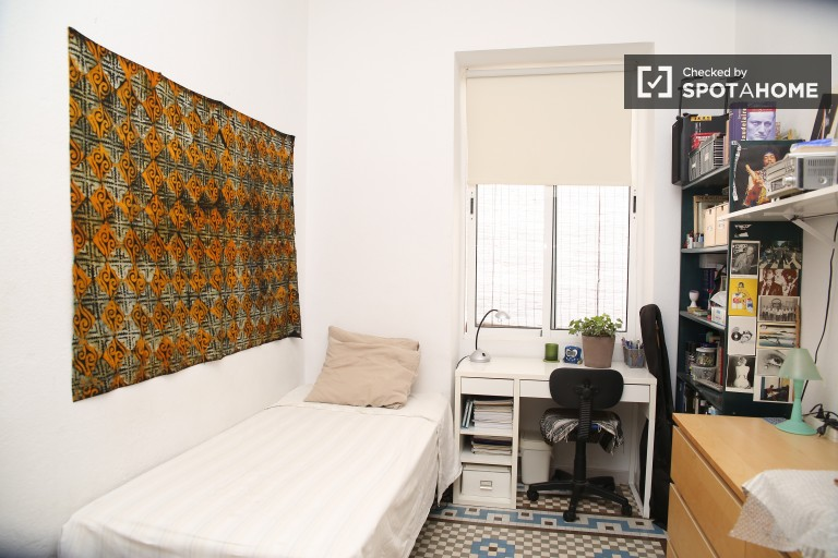 Single Bed in 1 bedroom for rent in a shared apartment with a balcony in Santa Cruz, Seville