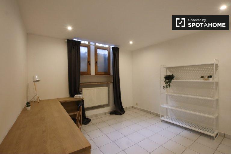 Przytulny pokój do wynajęcia w domu z 5 sypialniami w Ixelles w Brukseli
