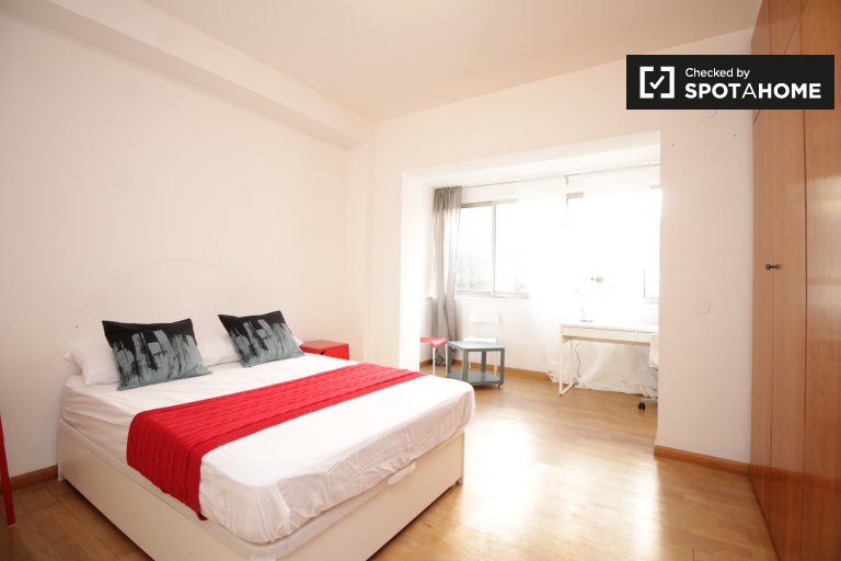 Spacious room for rent in Zona Universitaria, Barcelona