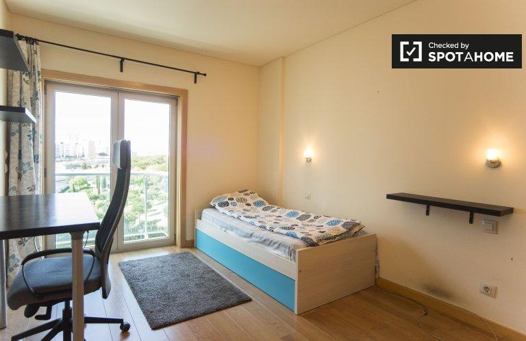 Pokój do wynajęcia w 4-pokojowym mieszkaniu w Chelas, Lizbona